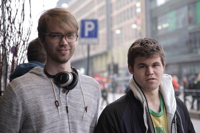 Regissør Benjamin Ree og sjakkstjernen Magnus Carlsen. (Foto: Moskus Film)