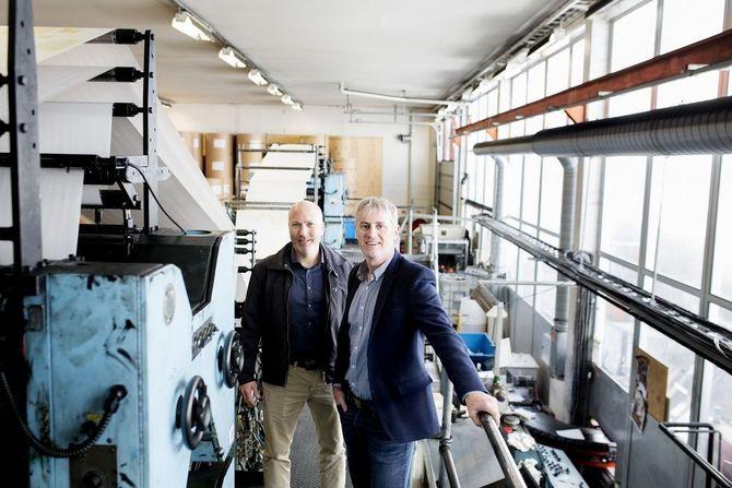 Dagleg leder Reidar Hystad (t.v.) og ansvarleg redaktør Magne Kydland er optimistiske for papiravisas framtid - men mener endringer må til for å sikre den.