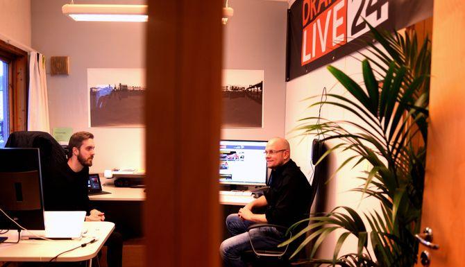 Joakim Fjeldli og Alexander Jansen på kontoret nettavisen deler med et reklamebyrå, et steinkast fra sentrum. Mye av jobben gjøres imidlertid hjemmefra og andre steder, til nær sagt alle døgnets tider.