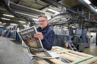 Aldri tidligere har Trønder-Avisa gitt ut avis med tanke på innbyggerne i Sør-Trøndelag, men det skjer tirsdag 10. mai. Her har sjefredaktør John Arne Moen akkurat mottatt et ferskt eksemplar av «spesialavisa» i trykkeriet til Polaris på Heimdal utenfor Trondheim.