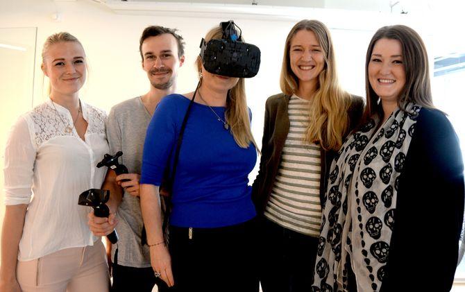 Fem av seks ansatte i In Sight LAB, fra venstre; Mia Toft, Bjørn Riborg, Adina Broady Aasebø, Rebecka Hoberg og Madeleine Røsnæs. Partner og daglig leder Njål Berge er ikke med på bildet. (Foto: Gard L. Michalsen).