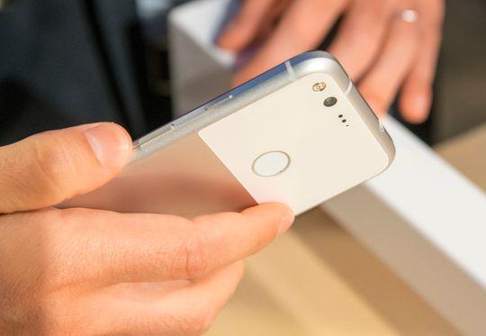 Google Pixel har en nokså uvanlig design med metall og glass på baksiden. Den minner likevel en del om HTC 10 når du holder den.
