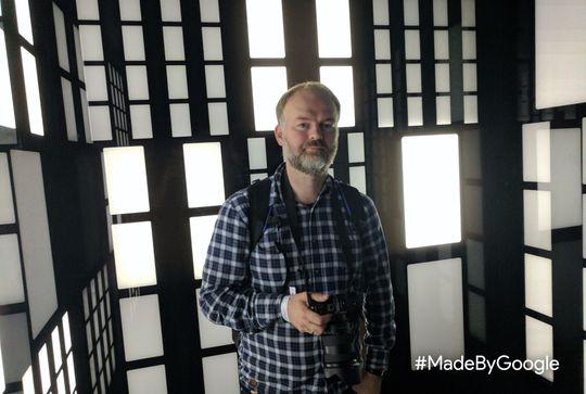 Min medsammensvorne fotograf og VR-ekspert, Eirik Urke ble også tatt bilde av. Lyset i rommet var svakt, men godt fordelt. - Optimale forhold til å være dårlig lys, beskriver min kollega det som.