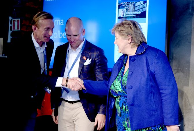 Erna Solberg hilser på Norden-sjef Martin Ingemannson og Norges-sjef Rune Paulseth.