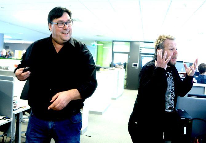 ARVE BARTNES (til venstre) blir en av kursholderne på IJs nye START-kurs i gravejournalistikk. Her er Dagbladets gravesjef i full fart gjennom redaksjonen. Til høyre: Espen Sandli.
