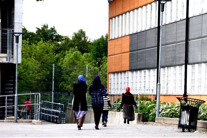 Kvinner går forbi skolen i Rinkeby. De fleste kvinner vi så i Rinkeby hadde hijab eller niquab. Men vi så også kvinner og jenter som ikke hadde hår og hals tildekket. (Foto: Fredrik Drevon)