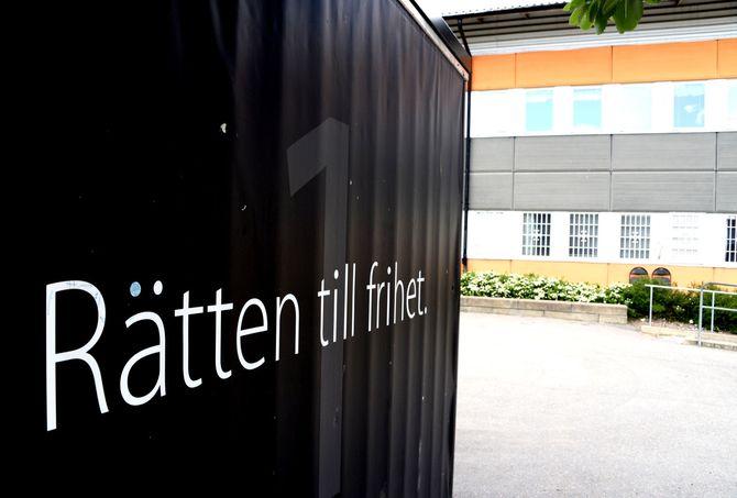 Rätten til frihet, står det skrevet på et bygg på skolen i sentrum av Rinkeby. (Foto: Fredrik Drevon)