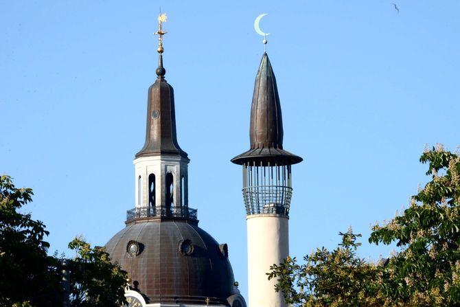 Stockholms moské (til høyre) ligger i bydelen Södermalm. Moskeen ble grunnlagt i 2000 og tar imot 2500 personer på fredagsbønn. Til venstre ser vi Katarina kyrka. (Foto: Fredrik Drevon)