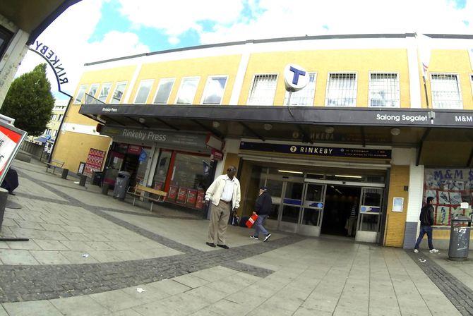 Flere journalister har gått på en smell på Rinkeby torg, så her gjelder det å se an situasjonen før man foretar seg noe som helst. (Foto: Fredrik Drevon)