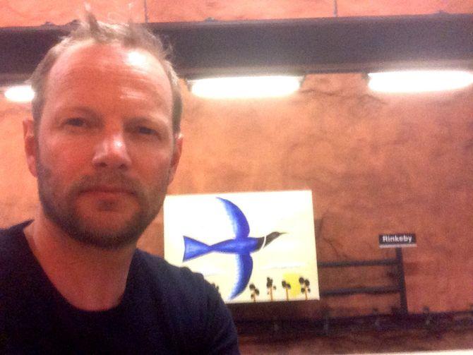 FREDRIK DREVON på Rinkeby t-banestasjon i Sverige.