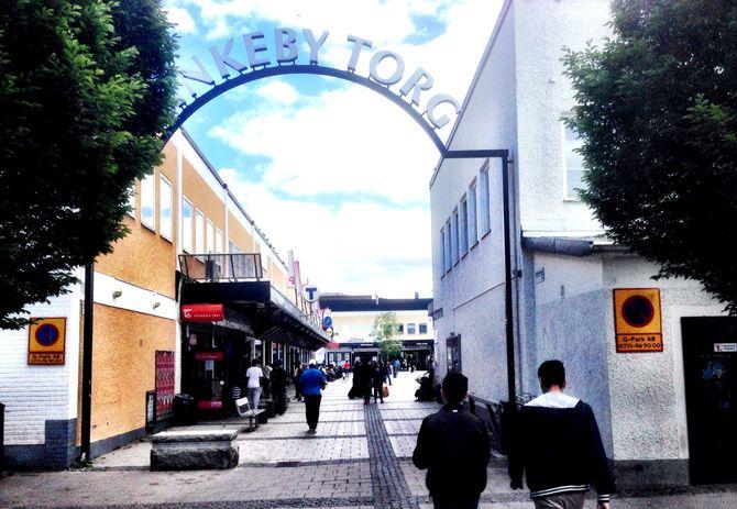 En av inngangene til Rinkeby torg. (Foto: Fredrik Drevon)