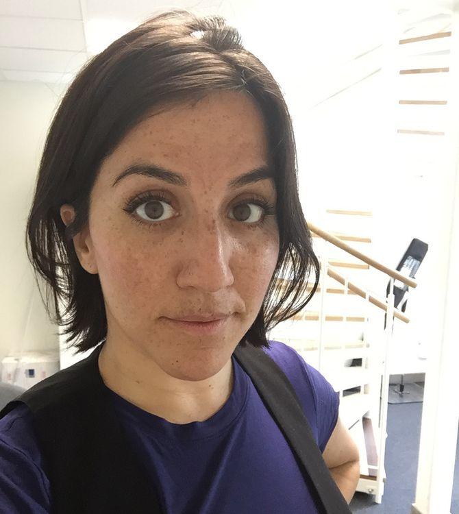 """Reporter Shohreh Zare i 1s lokalkontor i Rinekby sentrum sier til Medier24 at hun aldri har følt seg truet i Rinkeby, men legger til at """"Det er ikke like trygt her som andre steder, spesielt om man kommer utenfra."""" (Foto: Privat)"""