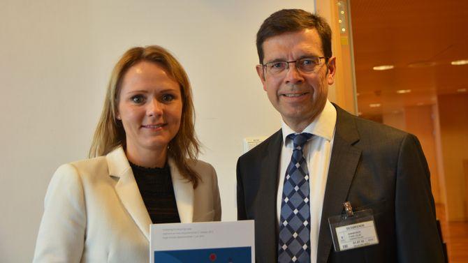 Kulturminister Linda Hofstad Helleland og utvalgsleder Tore Olaf Rimmereid. (Foto: Elisabeth Fjørtoft/KUD)