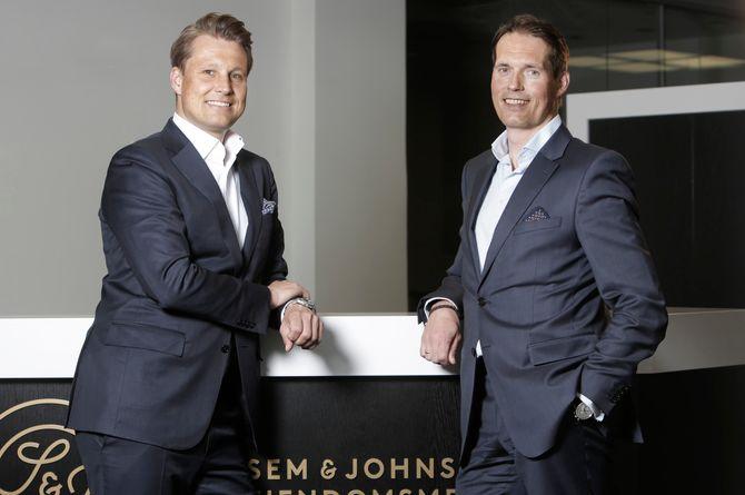 Daglig leder Christoffer Askjer (venstre) i meglerkjeden Sem & Johnsen mener mange boligsalg fint kan gjøres av forbrukere. På investorsiden til den nye selvhjelp-tjenesten er blant annet Paal Karstensen (høyre), tidligere toppsjef i DNB Markets. (Foto: Trygve Indrelid)