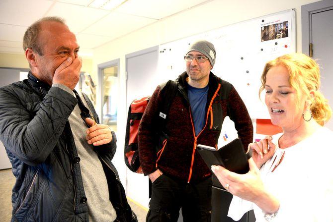 Amta-redaktør Felicia Øystå leser opp noen av lesernes tilbakemeldinger på Jarle Aabøs kommentar om gjestehavna i Drøbak. I midten gjestetegner Thomas Knarvik.