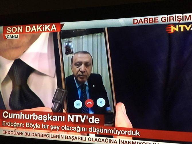 Erdogan blir Facetime-intervjuet fra ukjent sted på den tyrkiske tv-kanalen NTV. 16. juli kl. 00:46 lokal tid.