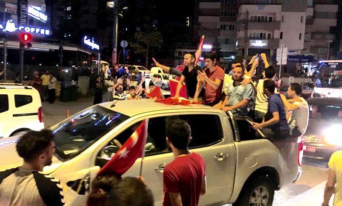 Demonstrasjoner i Bursa natt til 16. juli. (Foto: Fredrik Drevon)