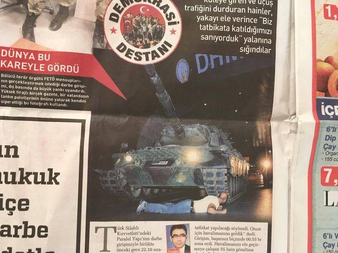 Mange tyrkiske medier har publisert bildet av tanks-mannen uten å oppgi navnet på fotografen. Bildet har overtydelige historiske referanser som tyder på at det kan være iscenesatt. (Faksimile: Den tyrkiske Erdogan-lojale avisen Sabah)