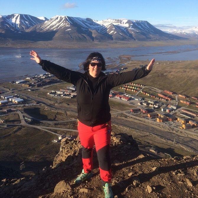 Redaktør Hilde Kristin Røsvik i Svalbardposten på en av toppene med utsikt over Longyearbyen. (Foto: Privat)