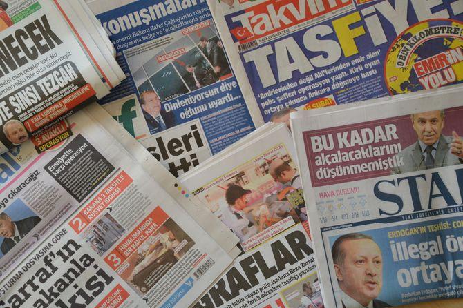 Kaotisk medielandskap. Man finner veldig få annonser i tyrkiske aviser. Mye tyder på at papiravisene lenge har gått med dundrende underskudd, og holdes kunstig i live av store holdingselskaper fordi medier hører med i porteføljen til aktører som ønsker statlige kontrakter.
