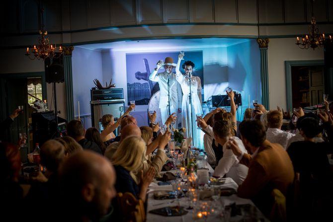Årabrots Kjetil Nernes og Karin Park på midtsommersfesten etter bryllupet sitt i fjor, som stod i den tidligere misjonskirken i Dalarna der de bor. (Foto: André Løyning / Saftflaske)