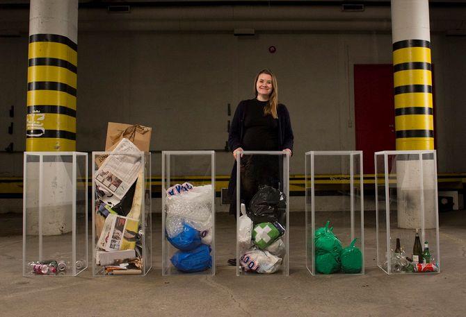 Live Nelvik sorterer søppel.