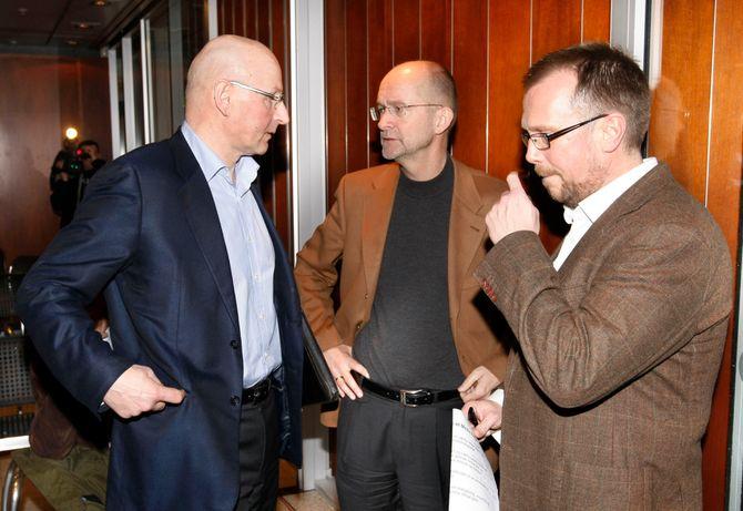 Denne trioen har håndtert mye mediemakt, ifølge boka «Makteliten» - men to av dem mest i det skjulte i de seneste åra. Vi må helt tilbake til 2008 for å finne et bilde av Einar Hålien (til høyre) i Scanpix sine arkiver, da som redaktør i Bergens Tidende. Til venstre Didrik Munch, fortsatt konsernsjef i Schibsted Norge - og i midten daværende Aftenposten-redaktør Hans-Erik Matre. Bildet er fra den gang de feiret at Media Norge-fusjonen ble godkjent av Klagenemnda for eierskap i media. (Foto: Morten Holm / Scanpix)