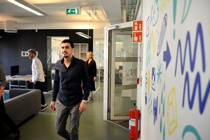 Syriske Mohamed Saflo landet jobb hos Venture Factory. (Foto: Erik Waatland)
