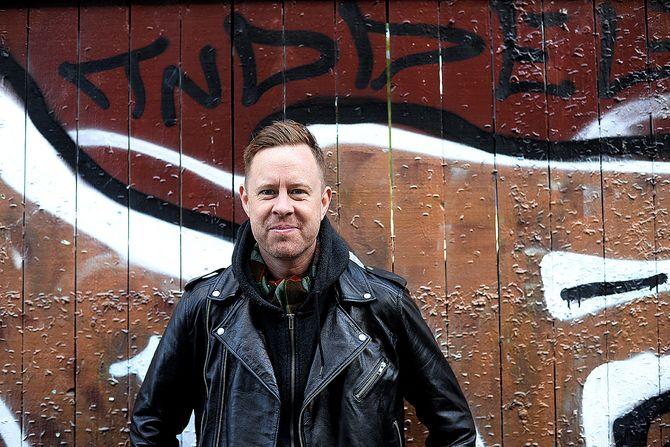 Jonas Skybakmoen er best kjent som frontfigur i bandet Johndoe, men jobber også som kommentator i Adresseavisen.