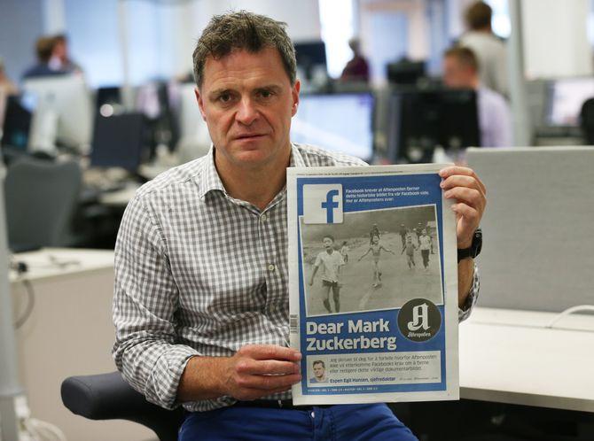 Aftenpostens sjefredaktør Espen Egil Hansen med avisas forside fredag 9. september. (Foto: Erik Johansen / NTB scanpix)