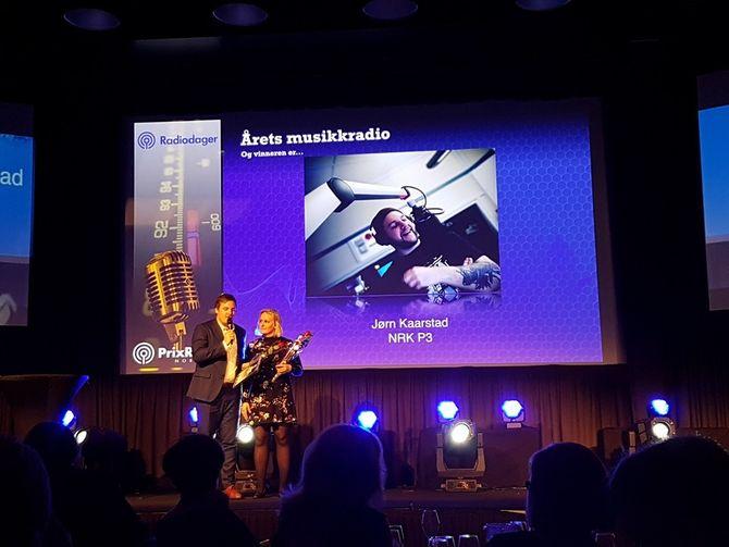 Radioprogrammet Jørn på P3 vinner prisen Årets musikkradio under Prix Radio. Utdelt av Tuva Fellman og Niklas Baarli. (Foto: Daniel Aune / NRK)