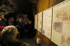 INFOVEGGER: Gode plansjer viser gruvehistorien og gir et godt innblikk i virksomheten.
