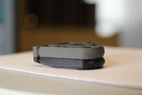 Det grå hjertet er laget på Duplicator I3 V2.1 med filamentet Magnetic Iron, som er et PLA-komposittmateriale. Under ligger det sorte hjertet fra da Vinci Mini w, med tydelig sammentrekning og vridning flere steder.