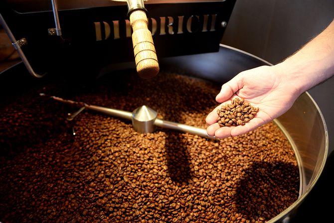 Nybrente kaffebønner fra den tidligere VG-fotografen Kristian Helgesens kaffebrenneri. (Foto: Erik Waatland).
