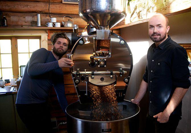 Norgesmester i kaffesmaking, Idar André Ellingsen, sammen med Kristian Helgesen ved Langøra Kaffebrenneri i Stjørdal. (Foto: Erik Waatland)