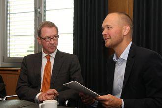 """Idar Kreutzer, Regjeringens Ekspertutvalg for grønn konkurransekraft, mottok 5. oktober rapporten """"Sjøkart for grønn kystfart"""" av Amund Drønen Ringdal fra Rederiforbundet."""