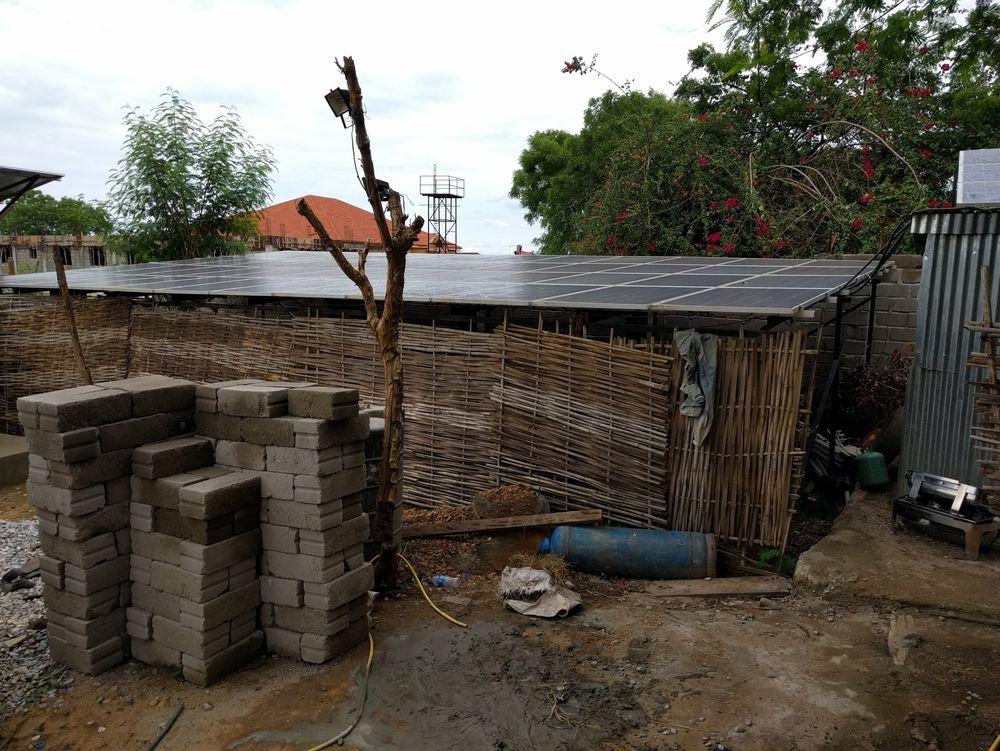 Kube Energy utvikler et mer pålitelig og billigere solkraftalternativ, rettet mot internasjonale organisasjoner i områder uten utbygd strømnett. Foreløpig har ikke selskapet fått opp egne pilotanlegg, og bildet viser et av anleggene i felt de har inspisert.