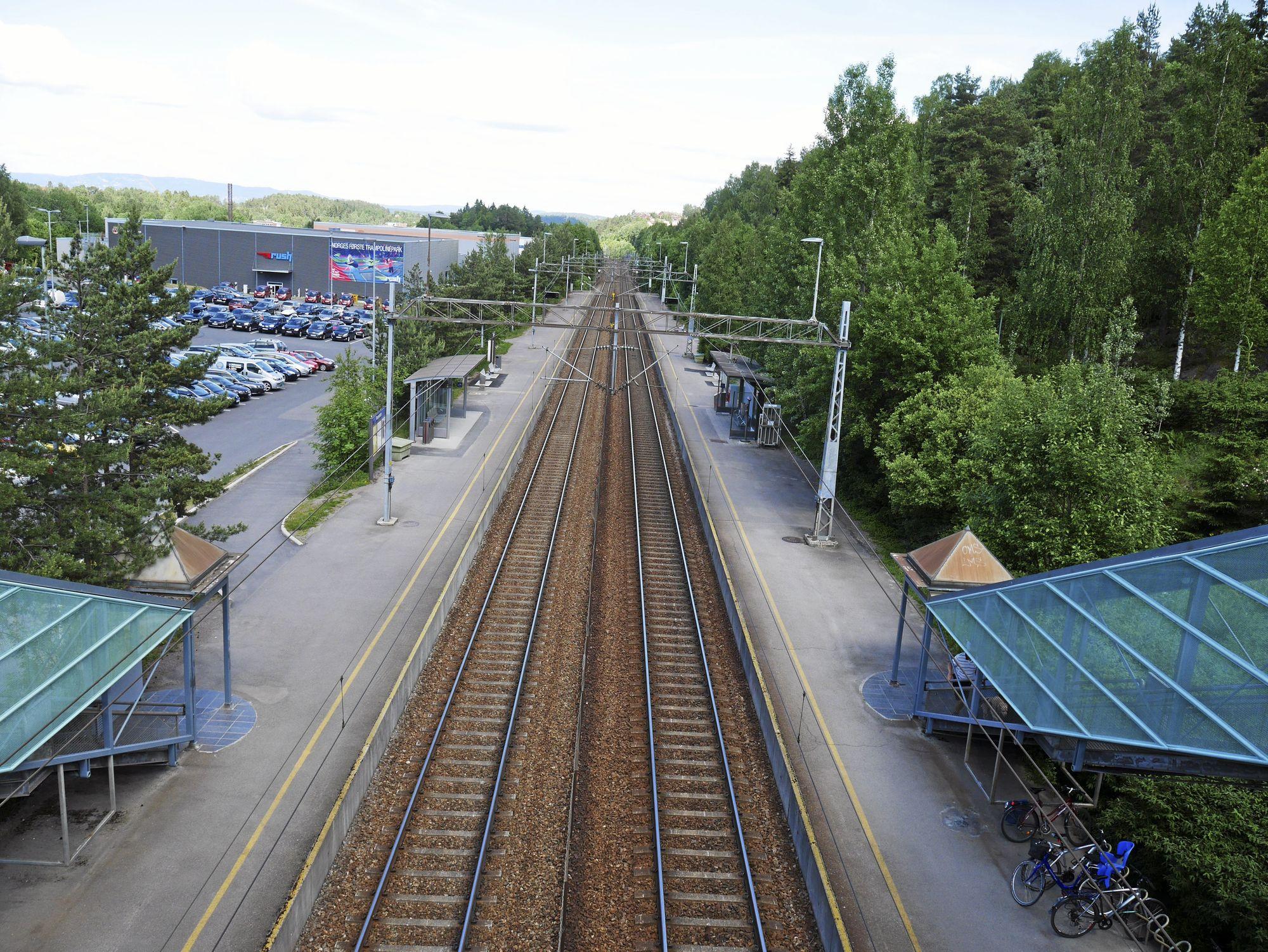 14 MINUTTER UNNA OSLO S: Det er kort vei til byen fra Rosenholm stasjon. Innfartsparkeringen ligger rett ved stasjonen. Foto: Yana Stubberudlien