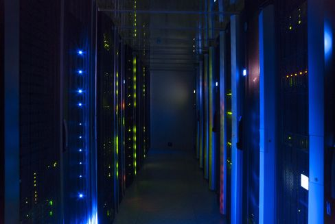 Nettskyens datasentre er toppmoderne maskiner, og på mange måter hjertet av det som skjer på Internett. Her fra Ateas datasenter «Dora», som leverer skytjenester fra en tidligere ubåt-hangar utenfor Trondheim.