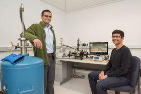 Professor Ali Javey (til venstre) og studenten Sujay Desai står bak den nye transistoren.