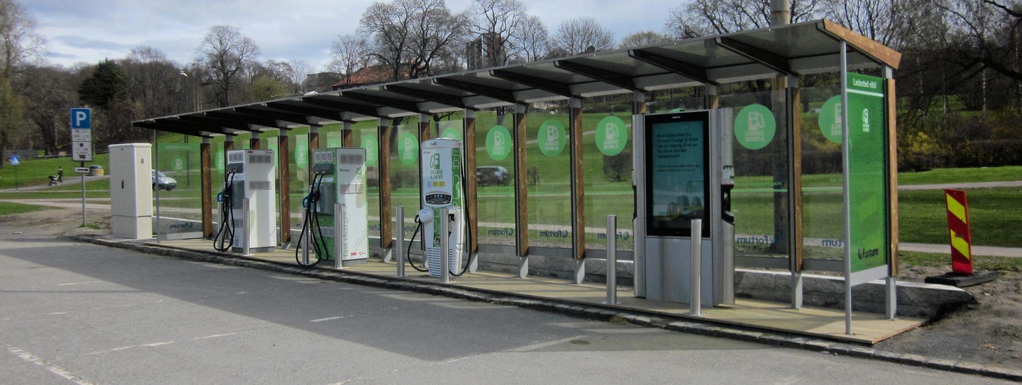 GRØNT ANLEGG: Ladestasjonen på Tøyen i Oslo er et viktig bidrag for å løse Brings ladebehov i hovedstaden. Foto: Oslo kommune.
