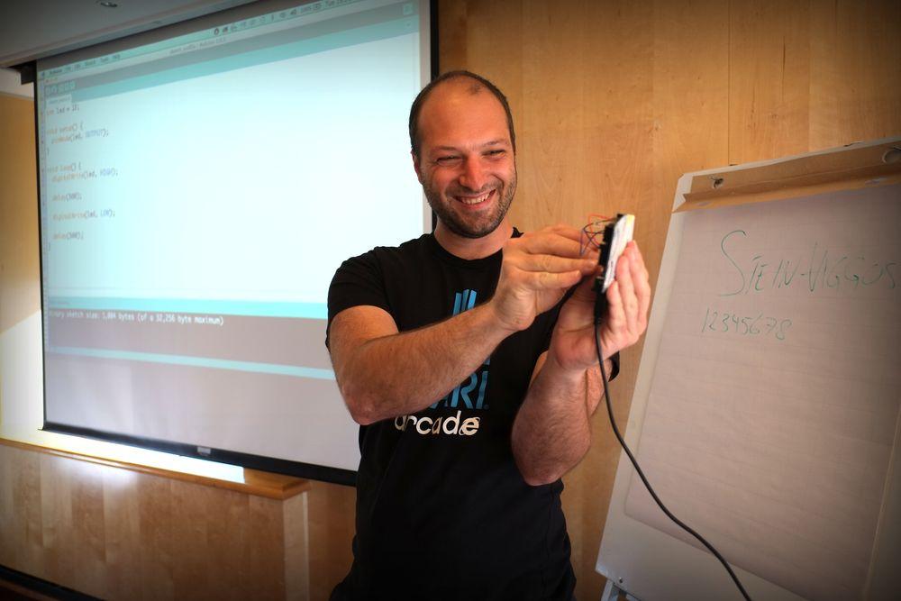 Joachim Haagen Skeie er i gang med å samle inn 350 000 kroner for å lære barn og unge mer om programmering og elektronikk.