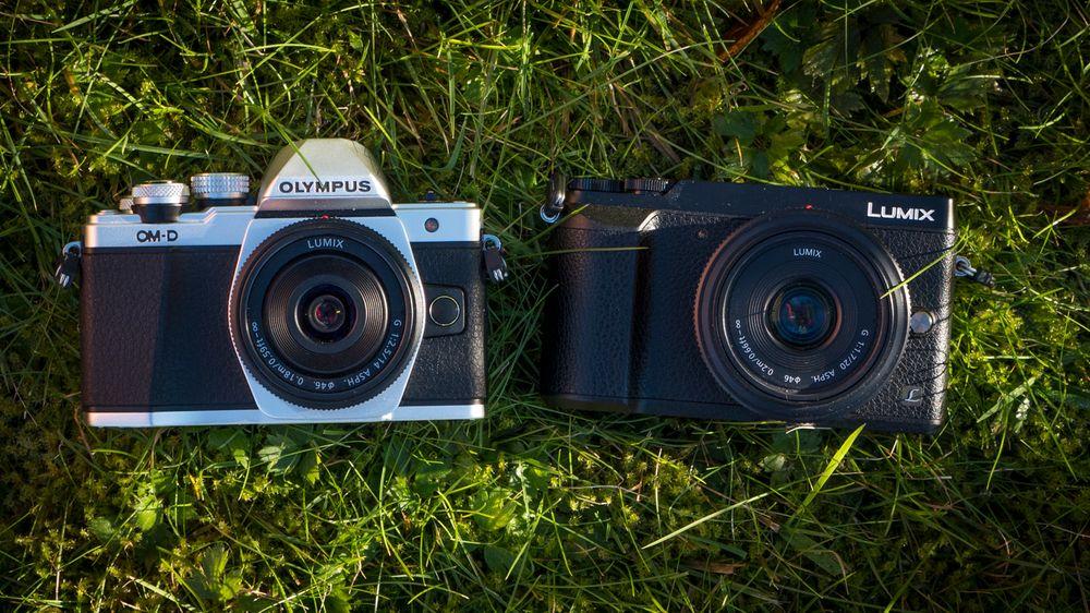 Olympus OM-D E-M10 Mark II til venstre, og utfordreren Panasonic Lumix GX80 til høyre