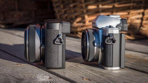 Siden søkeren på GX80 er plassert lavt til venstre, oppleves kameraet slankere enn E-M10 II.