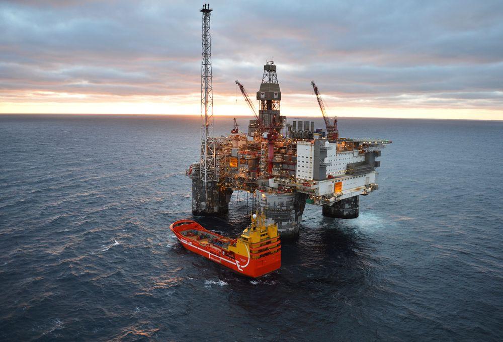 Viking Queen ved Heidrun-plattformen. Supplyskipet fikk i november 2015 installert et batterisystem på 653 kWh/1600 kW. På det tidspunktet var ikke regler fra Sjøfartsdirektoratet og DNV GLs klassenotasjon klart. Derfor kan ikke batteriene brukes som «spinning reserve».