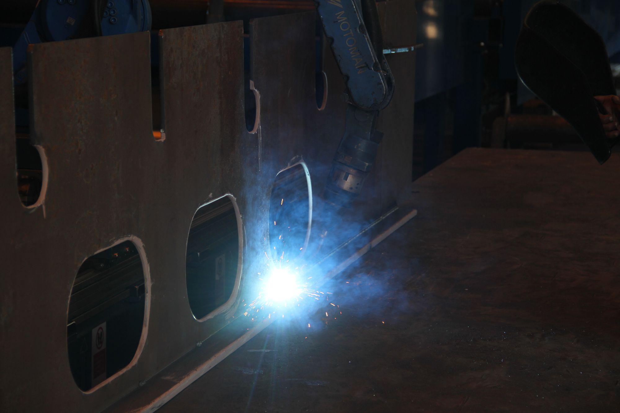 Mer enn 20 sveiseroboter er i virksomhet på Kleven Verft, det gir lavere produksjonspris og høyere kvalitet.