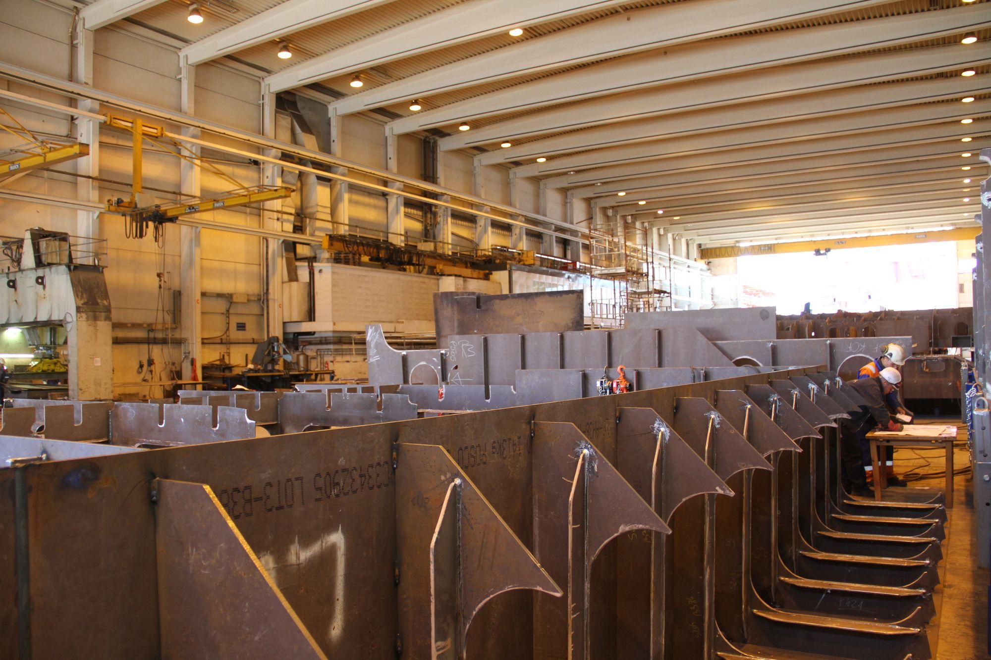 Verftet har lagt opp til en modulbasert produksjon der mye sveises sammen innendørs.