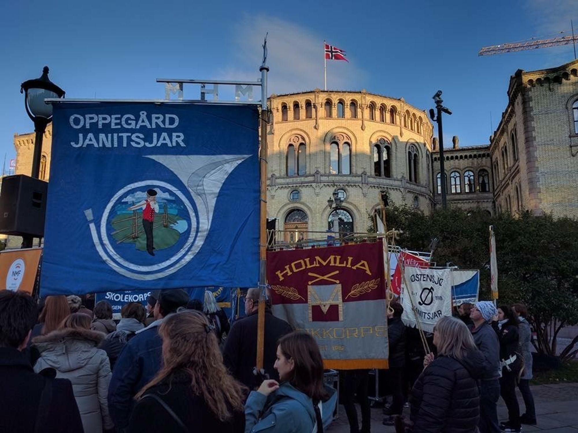 DEMONSTRERTE: Her ser du Oppegård Janitsjars fane foran Stortinget.