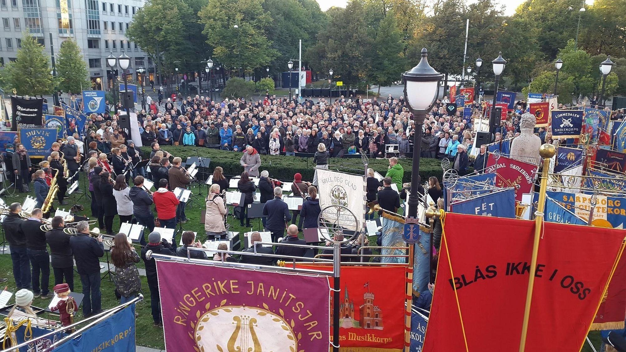 MANGE TILSTEDE: Det var rundt 200 korpsfaner å se, og et helt hav av musikere som protesterte.