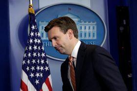 Obamas talsmann Josh Earnest sier at USAs president nå vurderer et egnet «svar» på russisk hacking.